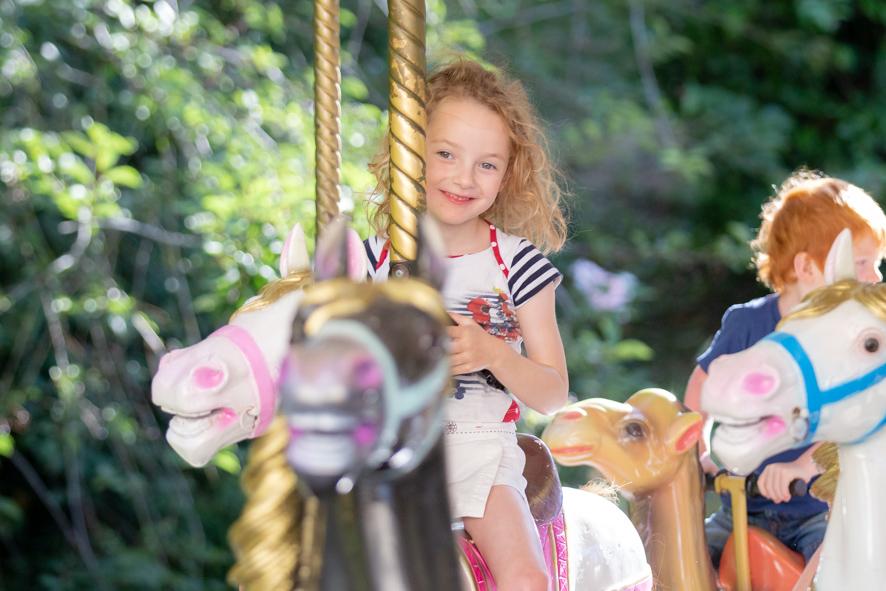 Petite fille sur carrousel au parc Ange Michel